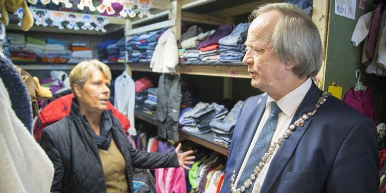 Wie wil dat niet, een dagje meelopen met Rikus Jager (hier met Inge Wiarda van de Kledingbank Westerveld). FOTO ARCHIEF DVHN