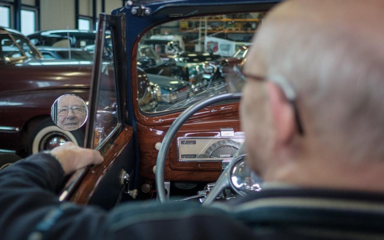 Geert Rave is 88 jaar oud is exemplarisch voor de Drentse oldtimerbezitter. Rave bezit een collectie oude Amerikanen. Foto: Suze van der Ster
