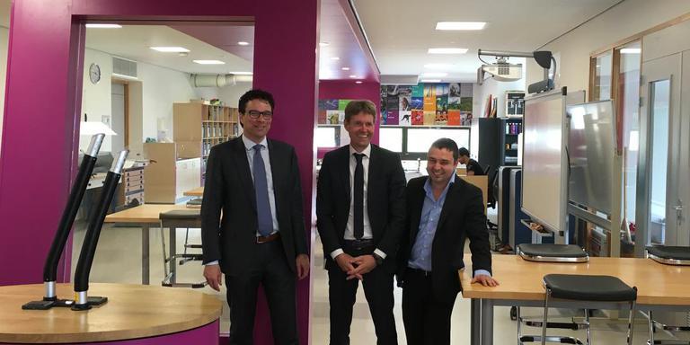 Wethouder Maurice Hoogeveen, directeur Albert Noord en Victor Stoica van onderzoeksbureau Incas³ in het Technasiumlokaal van het Dr. Nassaucollege. FOTO DVHN