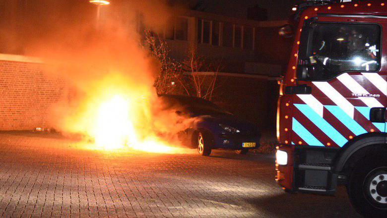 De brandweer kon niet voorkomen dat het voertuig zwaar beschadigd raakte. Foto: De Vries Media