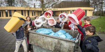 Groep 8 van De Zeijer Hoogte heeft de raad van Tynaarlo een brief geschreven omdat ze al het afval ongescheiden in een container moeten dumpen. Ze willen aparte bakken. foto MARCEL JURIAN DE JONG