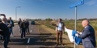 Wethouder Erwin Slomp en gedeputeerde Henk Brink onthullen de naam van de rondweg. Foto Gerrit Boer