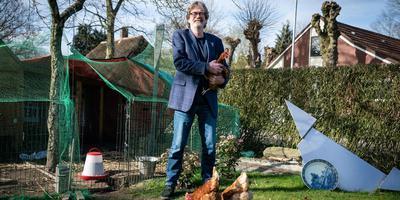 Ko Vester met zijn naar de kleinkinderen vernoemde kippen. Foto Jaspar Moulijn