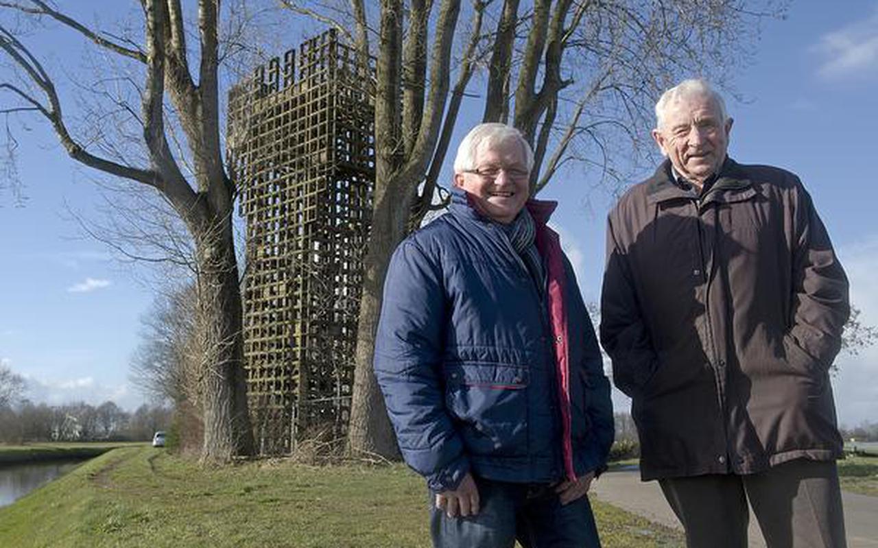 Lucas Schoemakers (links) en Riekus Holties bij de oude wachttoren van Schoonebeek. Schoemakers en Holties hebben nog op de wachttoren gewerkt. Foto: Jan Anninga