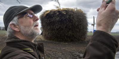 Luc Strating van 't Aol' Volk bij een eerdere keuring. Op de achtergrond een traditionele paasbult met bovenop een meiboom. Foto: Jan Anninga