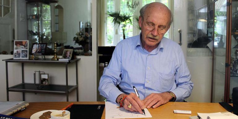 Willem Aanstoot breekt een lans voor een mooie handtekening. Foto Jean-Paul Taffijn