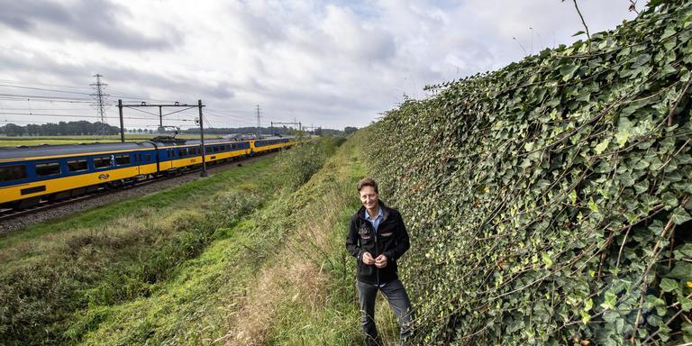 Erik Muggen bij een Greenwall in Beilen. Foto Marcel Jurian de Jong