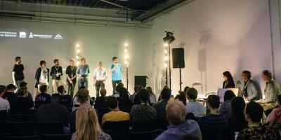 De jury (rechts) beoordeelt de ideeën. Foto Noorderpoort College
