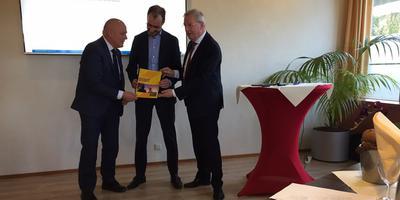 Gedeputeerde Henk Brink, minister Eric Wiebes en gedeputeerde Tjisse Stelpstra. Foto: DvhN