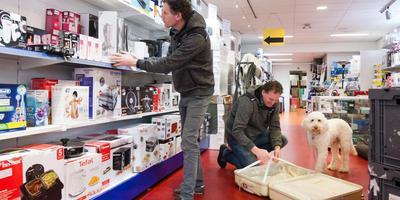 Hans Dames (links) en Erik Bouwknegt hebben met hun winkel in retourzendingen van webshops een gat in de markt ontdekt. Foto: Gerrit Boer