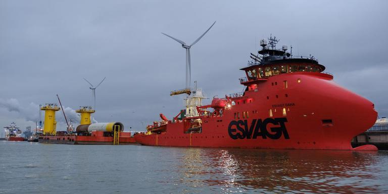 Stemmige avond in de Eemshaven met allerlei kleurige grote schepen. Foto: Jan Zeeman