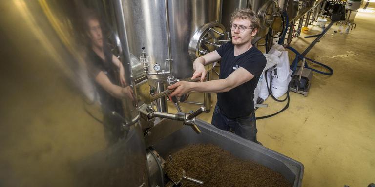 Martijn Swierstra van brouwerij Martinus brouwt koningsdagbier Nuver. foto Jan Willem van Vliet