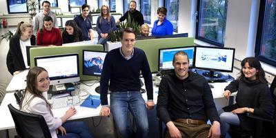 Arne Bos (tweede van links) en rechts van hem Peter Bosma temidden van hun internationale kantoorgezelschap. Foto Peter Wassing