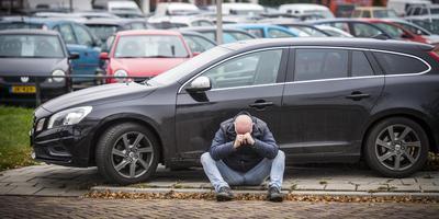 Verslaggever Jon van Schilt bij zijn - tot voor kort courante - Volvo V60 D3 automaat. Foto: Marcel Jurian de Jong