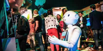 Belangstellenden bekijken een robot bij innovatie-evenement Trendship. Foto: Corné Sparidaens