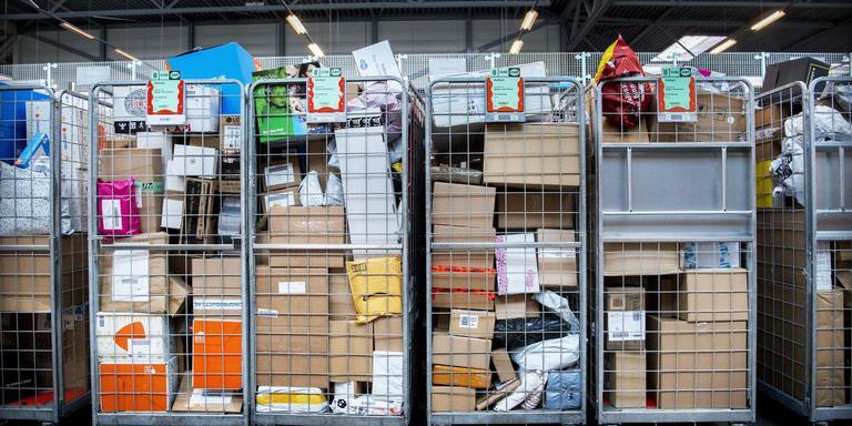 Karren vol postpakketten bij PostNL Kolham.