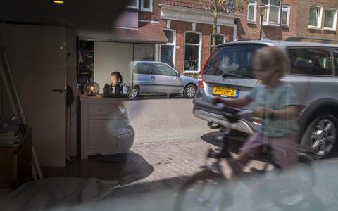 Dit zijn de thuiswerkers van Groningen en Drenthe: in de klerenkast, aan de keukentafel, naast de tafeltennistafel en tussen de kikkers