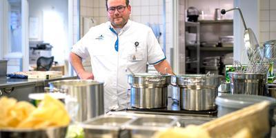 Lex Moerke, hoofd horeca en services, in 'zijn' keuken van ziekenhuis Nij Smellinghe in Drachten. foto jilmer postma