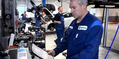 Bert Tol van Volvo Broekhuis Groningen is een van de garagemedewerkers die zijn vrije zaterdag niet wil opofferen voor zijn werk. Foto: Peter Wassing