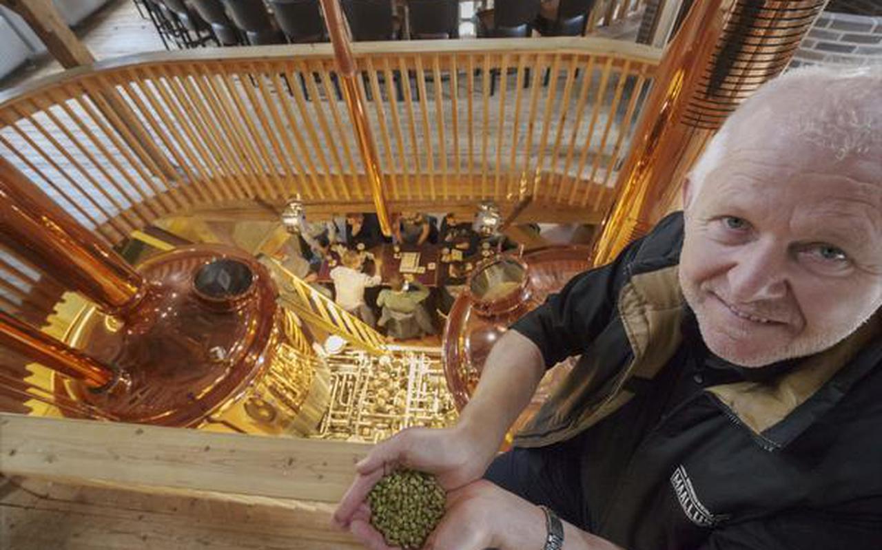 Henk Timmerman van bierbrouwerij Maallust met een handje schaarse hop. FOTO RENS HOOYENGA