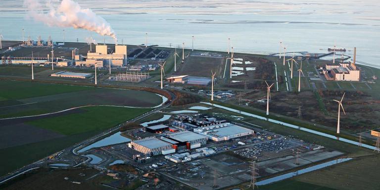 Datacenter Google (voorgrond) in de Eemshaven. Foto Wout Weterings