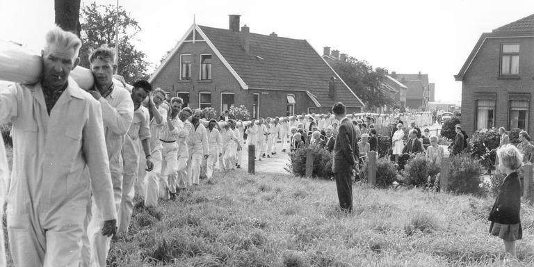 Transport van gasbuizen bij het begin van de aanleg van het aardgasnet in Slochteren begin jaren zestig.