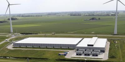 Het Google datacentrum in de Eemshaven vanaf het dak van de RWE-centrale. Foto: Koos Boertjens