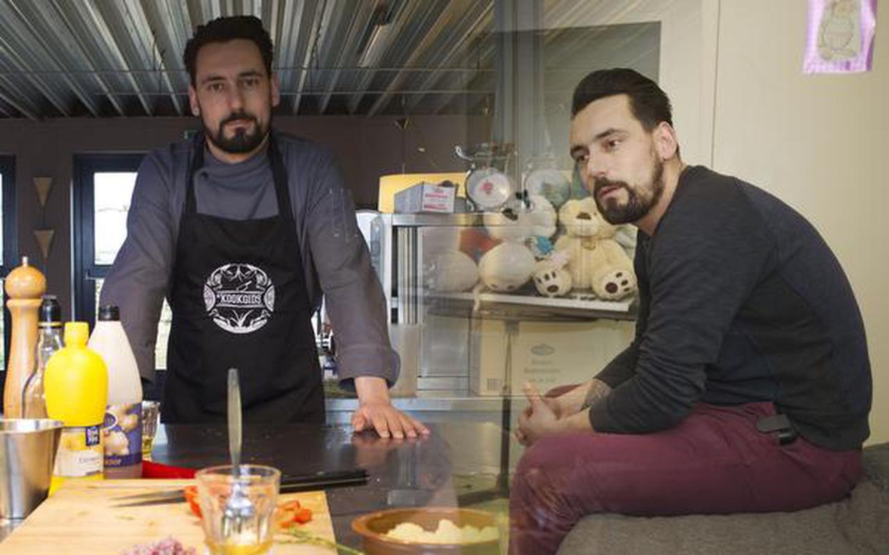 Joost Brouwer links als docent op de culinaire kokschool, rechts als persoonlijk begeleider bij Orthopedagogische Behandeling en Begeleiding (OBB ). FOTO RENS HOOYENGA