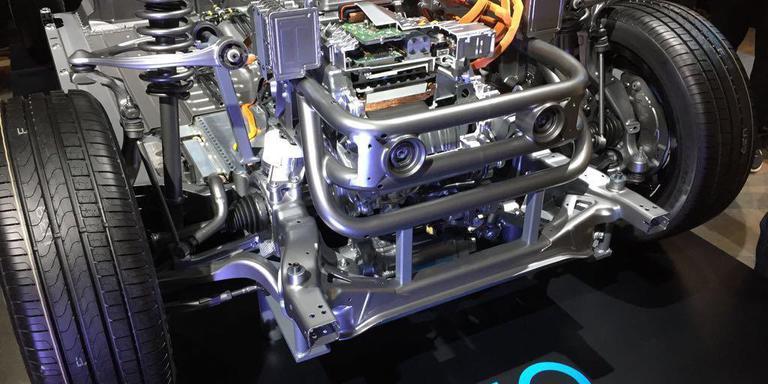 De elektromotor van de nieuwe Mercedes. Onder meer de twee ronde onderdeeltjes voorop worden in Hoogeveen gemaakt.