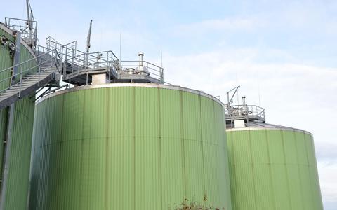 Delfzijl en Harlingen krijgen een fabriek voor vloeibaar biogas. Hoe maak je dat? En hoe groen is het?