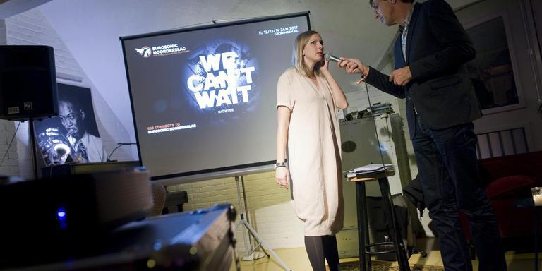 Discjockey Jan Douwe Kroeske (rechts) interviewt Anna van Nunen van Innofest tijdens de ondernemersbijeenkomst in Brouwerij Martinus. FOTO REYER BOXEM