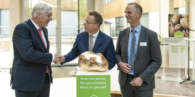 Bert Jansen (links), René Paas (midden) en Edward van der Meer feliciteren elkaar bij de opening