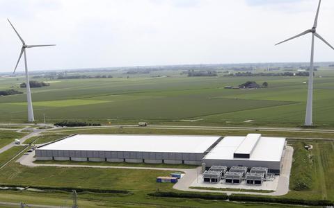 Het Google datacentrum in de Eemshaven vanaf het dak van de RWE-centrale.