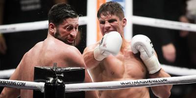 Rico Verhoeven (rechts) deelt uit in een gevecht met Jamal Saddik. Foto ANP