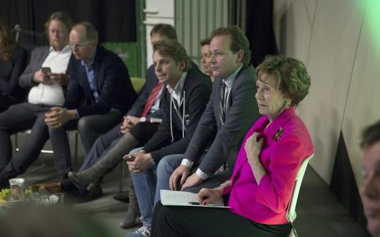 Neelie Kroes met links van haar Groningens wethouder Joost van Keulen en Koen Atema.