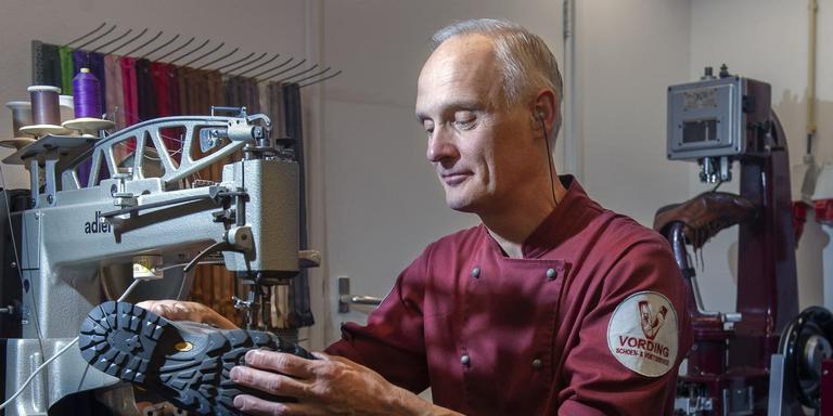 Schoenhersteller Willem Vording aan het werk. Foto: Reyer Boxem