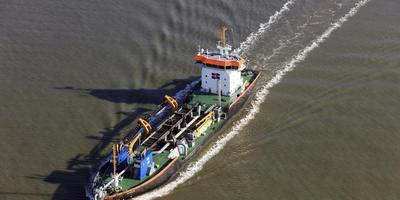 Lng-baggerschip MS Ecodelta actief in de Eemshaven. .
