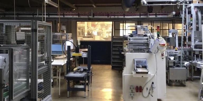 De lege productiehal van banketbakkerij Jac. Vegter in Hoogzand. De marges op verkopen bleken te klein om tegenvallers op te vangen.