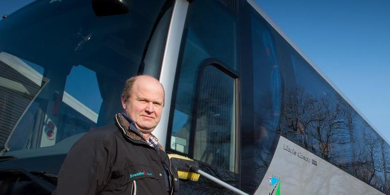 Klaas Jan de Vries bij een van zijn bussen.