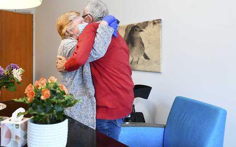 Verpleeghuiskoepel vindt bezoekregel te streng en pijnlijk voor bewoners: 'Te zwaar offer'