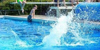 Een bommetje doen in zwembad de Delte. Foto Jilmer Postma.