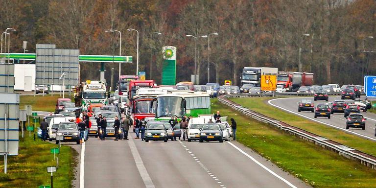 Twee bussen van de actiegroep Stop Blackface worden door tegendemonstranten tegengehouden op de A7 bij Joure. Foto: ANP