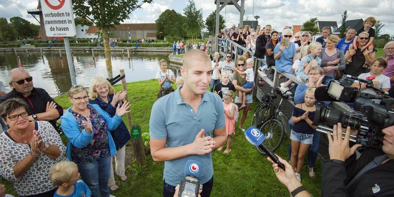 Zwemmer Maarten van der Weijden maakt nieuwe tussenstand bekend in Burdaard/Birdaard. FOTO MARCEL VAN KAMMEN