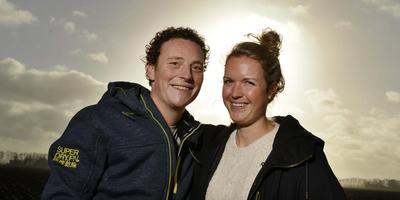 Landbouwer Wim Droog uit Marknesse zocht een vrouw en vindt in arts Marit uit Nunspeet zijn grote liefde. Foto: Varlo ten Ellen