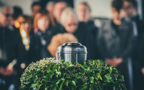 Uitvaartbranche versoepelt bijwonen begrafenis: niet meer dan dertig personen, maar je mag naar uitvaart van zus of oma (update)