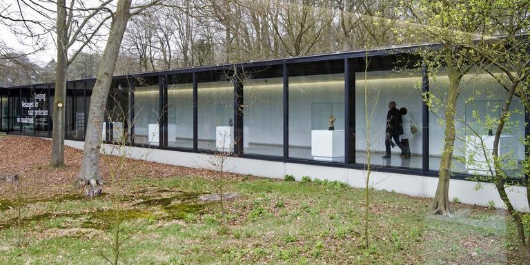 De Beeldenzaal uit 1952 heeft glazen wanden, de architect wil zo de natuur binnenlaten. Foto Kröller-Müller