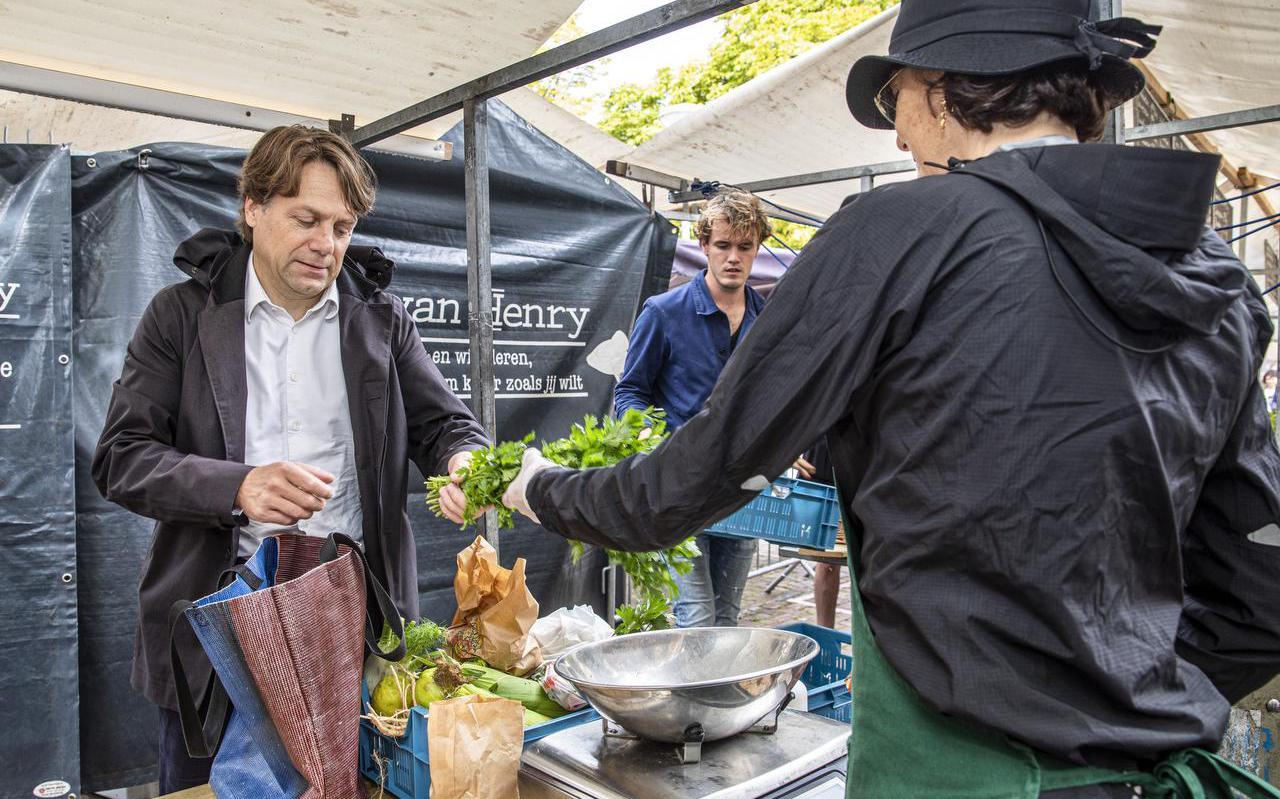 """Bestuursvoorzitter van de Autoriteit Consument & Markt Martijn Snoep (links): ,,Supermarkten en bedrijven blijken heel goed in staat geweest om zelfstandig over te schakelen naar diervriendelijker alternatieven voor de plofkip."""""""