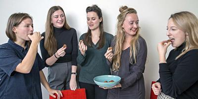 Het testpanel: Lotte Kuijsters, Romy Kok, Kim Zoon, Isabel Boerdam en Lieske van der Waals.Foto: Marco Okhuizen