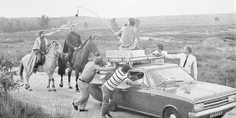 Het circus van regisseur Paul Verhoeven trok voor de tv-serie Floris zes maanden lang door midden-Nederland, twee keer langer dan gepland. Op de foto: Hengelen met de microfoon omdat de acteurs ook fluisterend verstaanbaar moeten zijn. Foto's: Instituut voor Beeld en Geluid