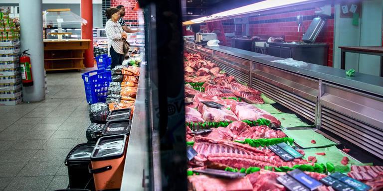 De meterslange koelvitrine met vlees. Foto Corné Spaidaens